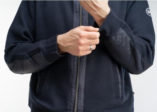 Diese stylische Kapitänsjacke macht das maritime Outfit perfekt. Dabei eignet sie sich nicht nur als nautischer Hingucker, sondern ist gleichzeitig auch als lässige Freizeitjacke bestens geeignet. (Bild 11 von 11)