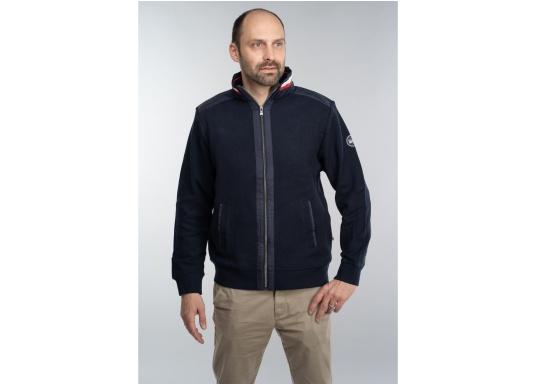 Diese stylische Kapitänsjacke macht das maritime Outfit perfekt. Dabei eignet sie sich nicht nur als nautischer Hingucker, sondern ist gleichzeitig auch als lässige Freizeitjacke bestens geeignet.