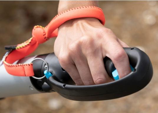 Der Magnetschalter sorgt für ein hohes Maß an Sicherheit, da er durch das Armband permanent mit Ihrem Handgelenk verbunden ist und den Motor autoamtisch abschaltet, falls Sie versehentlich in das Wasser fallen sollten. (Bild 3 von 4)