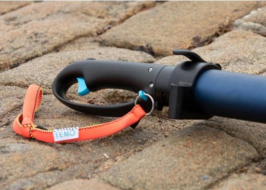 Der Magnetschalter sorgt für ein hohes Maß an Sicherheit, da er durch das Armband permanent mit Ihrem Handgelenk verbunden ist und den Motor autoamtisch abschaltet, falls Sie versehentlich in das Wasser fallen sollten. (Bild 2 von 4)