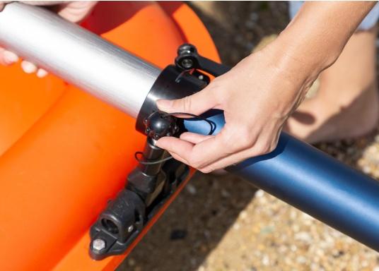 Mit der Dollenhalterung kann der Elektro-Motor TEMO-450 sicher an Ihrem Boot befestigt werden und verhindert, dass er versehentlich in das Wasser fällt. (Bild 3 von 7)