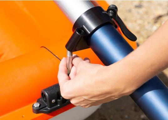 Mit der Dollenhalterung kann der Elektro-Motor TEMO-450 sicher an Ihrem Boot befestigt werden und verhindert, dass er versehentlich in das Wasser fällt. (Bild 2 von 7)