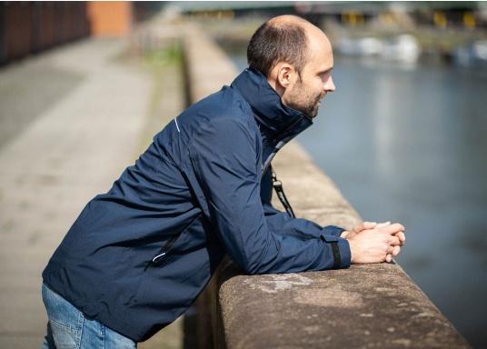Die Jacke CRUISE von marinepool vereint sämtliches Know-How über funktionale Outdoor-Bekleidung mit sportlich-modernem Design. Das hochwertige und ultraleichte 3-Lagen-Material ist extrem atmungsaktiv, windabweisend und dank der hochwertigen HPU-Membran zu 100 % wasserdicht. (Bild 2 von 9)