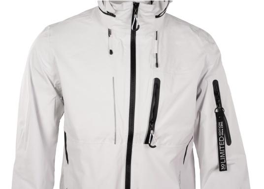 Die Jacke CRUISE von marinepool vereint sämtliches Know-How über funktionale Outdoor-Bekleidung mit sportlich-modernem Design. Das hochwertige und ultraleichte 3-Lagen-Material ist extrem atmungsaktiv, windabweisend und dank der hochwertigen HPU-Membran zu 100 % wasserdicht. (Bild 11 von 11)