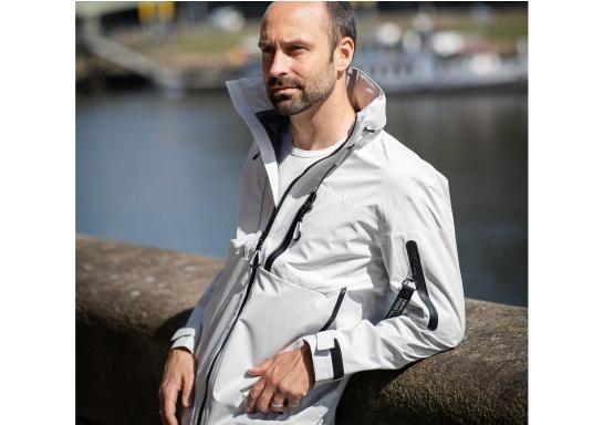 Die Jacke CRUISE von marinepool vereint sämtliches Know-How über funktionale Outdoor-Bekleidung mit sportlich-modernem Design. Das hochwertige und ultraleichte 3-Lagen-Material ist extrem atmungsaktiv, windabweisend und dank der hochwertigen HPU-Membran zu 100 % wasserdicht. (Bild 3 von 11)