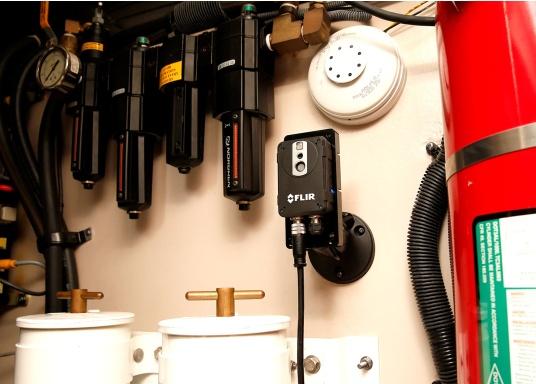 Die thermische Überwachungskamera AX8 überwacht die wichtigsten Geräte auf Ihrem Schiff.Falls die Temperatur von Maschinenteilen über voreingestellte Schwellenwerte steigt, werden unmittelbar akustische und visuelle Warnungen an Ihr Raymarine Multifunktionsdisplay gesendet.HINWEIS!Bei diesen Geräten handelt es sich um vom Hersteller werksüberholte Exemplare (zumeist Ausstellungsstücke) mit voller, zweijähriger Herstellergarantie. Weitere Informationen dazu finden Sie unten in der Produktbeschreibung. (Bild 7 von 15)