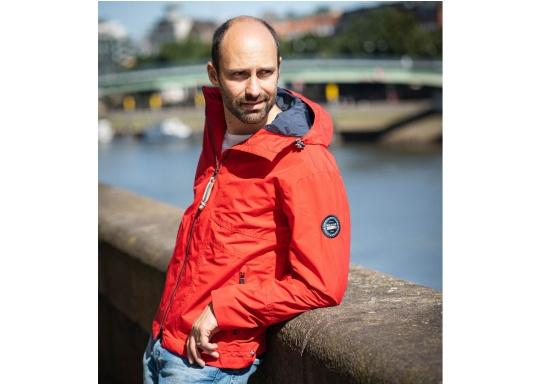 Die Herren-Crewjacke MIKO ist eine modische Jacke mit optimalem Wetterschutz, die sowohl wasserdicht als auch atmungsaktiv ist. (Bild 3 von 11)