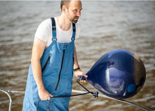 Die hochwertige Offshore-Segelhose F2L bietet sämtliche Eigenschaften einer robusten Segelbekleidung und ist dabei überraschend weich. Sie stammt aus der zweiten Generation der bewährten FORTUNA Offshore-Kollektion von marinepool. (Bild 5 von 12)