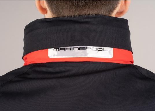 Dettaglio collo della giacca rosso