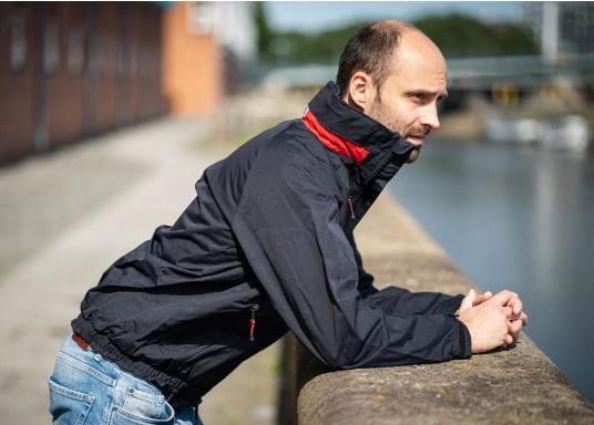 Highly functional club and sailing jacket made from a robust 2-layer material. The CRUISING jacket is made from a waterproof and breathable fabric and has also been protected with a DWR coating. (Image 3 of 12)