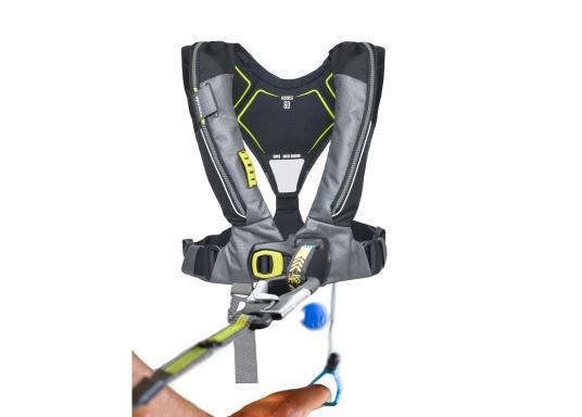 Die Automatik-Rettungsweste 6D von Spinlock kombiniert Komfort mit Funktionalität und ist optimal für den Langzeitgebrauch geeignet.Voll ausgestattet mit LED-Blitzlicht, Sprayhood, Schrittgurt, Signalflöte sowie D-Ring. Des Weiteren wird die Beweglichkeit dank der kompakten Beschaffenheit nicht eingeschränkt. Inklusive Harness Release System. Für Frauen und Männer ab 40 kg geeignet. Auftrieb: 170 N. (Bild 9 von 10)