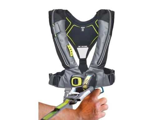 Die Automatik-Rettungsweste 6D von Spinlock kombiniert Komfort mit Funktionalität und ist optimal für den Langzeitgebrauch geeignet.Voll ausgestattet mit LED-Blitzlicht, Sprayhood, Schrittgurt, Signalflöte sowie D-Ring. Des Weiteren wird die Beweglichkeit dank der kompakten Beschaffenheit nicht eingeschränkt. Inklusive Harness Release System. Für Frauen und Männer ab 40 kg geeignet. Auftrieb: 170 N. (Bild 10 von 10)