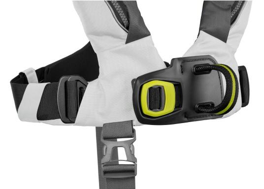 Die Automatik-Rettungsweste 6D von Spinlock kombiniert Komfort mit Funktionalität und ist optimal für den Langzeitgebrauch geeignet.Voll ausgestattet mit LED-Blitzlicht, Sprayhood, Schrittgurt, Signalflöte sowie D-Ring. Des Weiteren wird die Beweglichkeit dank der kompakten Beschaffenheit nicht eingeschränkt. Inklusive Harness Release System. Für Frauen und Männer ab 40 kg geeignet. Auftrieb: 170 N. (Bild 6 von 7)