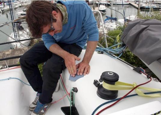 Selbstklebendes, nicht abrasives Grip Tape in Waben-Form aus Kautschuk, das selbst extremen Wetterbedingungen standhält.Ideal geeignet für Boote, Steganlagen und Treppen. Abmessungen der einzelnen Pads: 152 x 152 mm. Farbe: schwarz. Lieferumfang: 12 Stück. (Bild 4 von 5)
