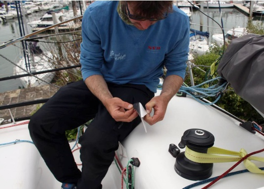 Selbstklebendes, nicht abrasives Grip Tape in Waben-Form aus Kautschuk, das selbst extremen Wetterbedingungen standhält.Ideal geeignet für Boote, Steganlagen und Treppen. Abmessungen der einzelnen Pads: 152 x 152 mm. Farbe: schwarz. Lieferumfang: 12 Stück. (Bild 3 von 5)