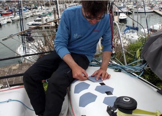Selbstklebendes, nicht abrasives Grip Tape in Waben-Form aus Kautschuk, das selbst extremen Wetterbedingungen standhält.Ideal geeignet für Boote, Steganlagen und Treppen. Abmessungen der einzelnen Pads: 152 x 152 mm. Farbe: schwarz. Lieferumfang: 12 Stück. (Bild 5 von 5)