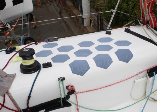 Selbstklebendes, nicht abrasives Grip Tape in Waben-Form aus Kautschuk, das selbst extremen Wetterbedingungen standhält.Ideal geeignet für Boote, Steganlagen und Treppen. Abmessungen der einzelnen Pads: 152 x 152 mm. Farbe: schwarz. Lieferumfang: 12 Stück. (Bild 2 von 5)