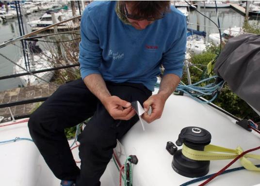 Selbstklebendes, nicht abrasives Grip Tape in Waben-Form aus Kautschuk, das selbst extremen Wetterbedingungen standhält.Ideal geeignet für Boote, Steganlagen und Treppen. Abmessungen der einzelnen Pads: 152 x 152 mm. Farbe: grau. Lieferumfang: 12 Stück. (Bild 3 von 5)