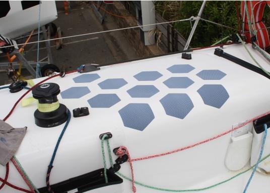 Selbstklebendes, nicht abrasives Grip Tape in Waben-Form aus Kautschuk, das selbst extremen Wetterbedingungen standhält.Ideal geeignet für Boote, Steganlagen und Treppen. Abmessungen der einzelnen Pads: 152 x 152 mm. Farbe: grau. Lieferumfang: 12 Stück. (Bild 2 von 5)