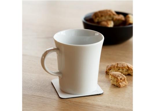 Set de 2 tasses en porcelaine magnétiques au design soigné, par Silwy. L'aimant intégré à la base assure la stabilité des verres, même lorsque le bateau gîte. Contenu de la livraison : 2 tasses en porcelaine, 0,27 L + 2 coussinets nano-gel blancs. (Image 3 de 8)