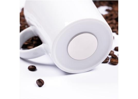 Set de 2 tasses en porcelaine magnétiques au design soigné, par Silwy. L'aimant intégré à la base assure la stabilité des verres, même lorsque le bateau gîte. Contenu de la livraison : 2 tasses en porcelaine, 0,27 L + 2 coussinets nano-gel blancs. (Image 6 de 8)