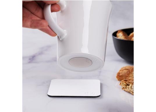 Set de 2 tasses en porcelaine magnétiques au design soigné, par Silwy. L'aimant intégré à la base assure la stabilité des verres, même lorsque le bateau gîte. Contenu de la livraison : 2 tasses en porcelaine, 0,27 L + 2 coussinets nano-gel blancs. (Image 8 de 8)