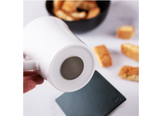Formschöne Magnet-Porzellan-Tassen im 2er Set der Marke silwy. Die Magneten im Boden sorgenauch bei Seegang jederzeit für einen sicheren Stand.Lieferumfang:2 Porzellantassen 0,27 L + 2 Metall-Nano-Gel-Pads in schwarz. (Bild 4 von 5)