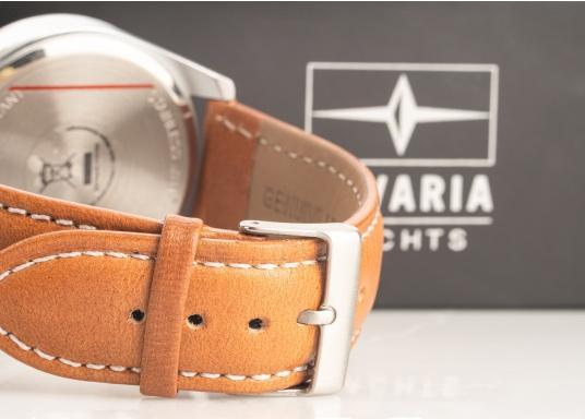 Immer pünktlich mit der BAVARIA YACHTS Armbanduhr!Die Uhr überzeugt mit ihrem navy-farbigen Ziffernblatt inklusive BAVARIA Logo, silbernen Komponenten und einem hellbraunen Lederarmband.Das zeitlose Design – ganz im nautischen Stil - rundet die Armbanduhr ab und macht sie zu einem echten Hingucker für das nächste Dinner an Land. (Bild 3 von 4)