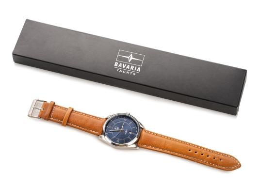 Immer pünktlich mit der BAVARIA YACHTS Armbanduhr!Die Uhr überzeugt mit ihrem navy-farbigen Ziffernblatt inklusive BAVARIA Logo, silbernen Komponenten und einem hellbraunen Lederarmband.Das zeitlose Design – ganz im nautischen Stil - rundet die Armbanduhr ab und macht sie zu einem echten Hingucker für das nächste Dinner an Land. (Bild 4 von 4)