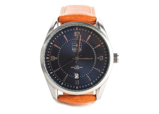 Immer pünktlich mit der BAVARIA YACHTS Armbanduhr!Die Uhr überzeugt mit ihrem navy-farbigen Ziffernblatt inklusive BAVARIA Logo, silbernen Komponenten und einem hellbraunen Lederarmband.Das zeitlose Design – ganz im nautischen Stil - rundet die Armbanduhr ab und macht sie zu einem echten Hingucker für das nächste Dinner an Land.