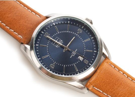 Immer pünktlich mit der BAVARIA YACHTS Armbanduhr!Die Uhr überzeugt mit ihrem navy-farbigen Ziffernblatt inklusive BAVARIA Logo, silbernen Komponenten und einem hellbraunen Lederarmband.Das zeitlose Design – ganz im nautischen Stil - rundet die Armbanduhr ab und macht sie zu einem echten Hingucker für das nächste Dinner an Land. (Bild 2 von 4)
