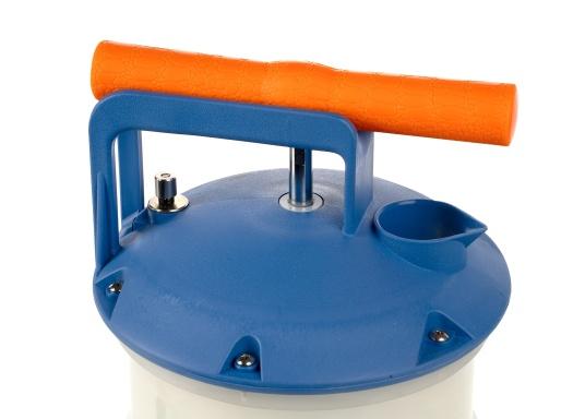 Universelle, einfach zu bedienende Absaugpumpe für Öle, Wasser und ähnliche Flüssigkeiten. Mithilfe von wenigen Hüben mit der Handpumpe wird ein Vakuum aufgebaut, das die Flüssigkeit in den Auffangbehälter saugt. Volumen: 2,7 Liter. (Bild 4 von 5)