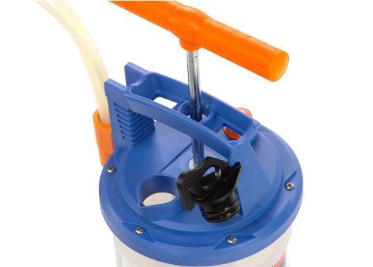 Universelle, einfach zu bedienende Absaugpumpe für Öle, Wasser und ähnliche Flüssigkeiten. Mithilfe von wenigen Hüben mit der Handpumpe wird ein Vakuum aufgebaut, das die Flüssigkeit in den Auffangbehälter saugt. Volumen: 4,0 Liter. (Bild 3 von 6)