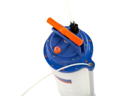 Universelle, einfach zu bedienende Absaugpumpe für Öle, Wasser und ähnliche Flüssigkeiten. Mithilfe von wenigen Hüben mit der Handpumpe wird ein Vakuum aufgebaut, das die Flüssigkeit in den Auffangbehälter saugt. Volumen: 10,5 Liter. (Bild 3 von 5)