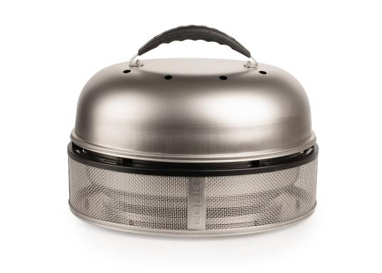 Grillen, Backen und Braten in Perfektion! Der COBB Grill ist als sicherer Bordgrill zu empfehlen, Unterboden und Seitenflächen werden nur handwarm während im Innern des Grills 280-300°C herrschen. Lieferung inklusive hochwertiger Tasche mit viel Platz für Zubehör. (Bild 2 von 11)