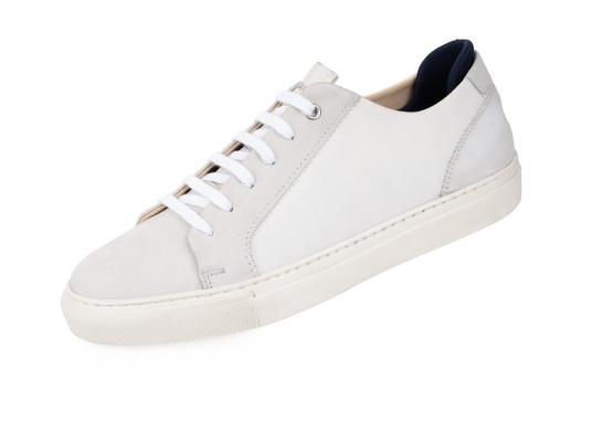 Con le sneaker da uomo JIB di Blueport, avrai sempre un pezzo di vela con te. Questa comoda scarpa è realizzata in tela da vele reciclata e pelle. Il morbido rivestimento interno in neoprene assicura il massimo comfort.