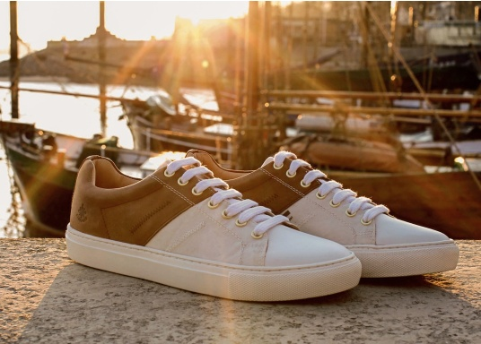 Take a piece of sail with you at all times with the GENOA men's shoe from Blueport. The comfortable shoe is made from recycled canvas and leather. The soft neoprene lining ensures a comfortable fit. (Image 12 of 12)