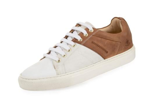 Con le sneaker da uomo GENOA di Blueport, avrai sempre un pezzo di vela con te. Questa comoda scarpa è realizzata in tela da vele reciclata e pelle. Il morbido rivestimento interno in neoprene assicura il massimo comfort.