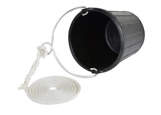Sollte auf keinem Boot fehlen– dieserSchlagpütz aus schlagfestem, praktisch unzerstörbarem Gummi. Er ist mit einem verzinktem Bügel mit einer Öse undTauwerk ausgestattet.