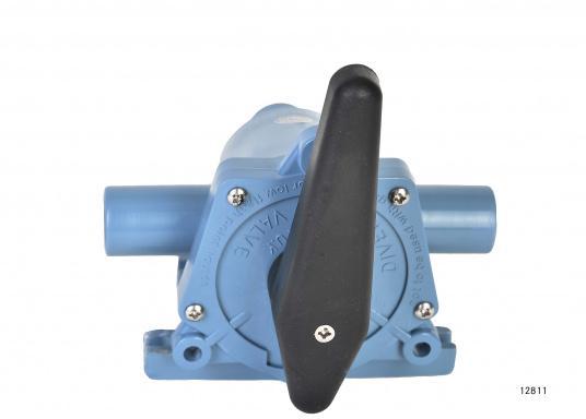 2-Wege-Ventil der Spitzenklasse zum Umschalten auf zwei verschiedene Bilgen oder zum Entleeren von zwei verschiedenen Tanks mit einer Pumpe. In zwei Ausführungen lieferbar: mit 25 oder 38 mm Anschlussstutzen.  (Bild 5 von 6)