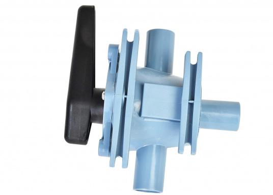 2-Wege-Ventil der Spitzenklasse zum Umschalten auf zwei verschiedene Bilgen oder zum Entleeren von zwei verschiedenen Tanks mit einer Pumpe. In zwei Ausführungen lieferbar: mit 25 oder 38 mm Anschlussstutzen.  (Bild 4 von 6)