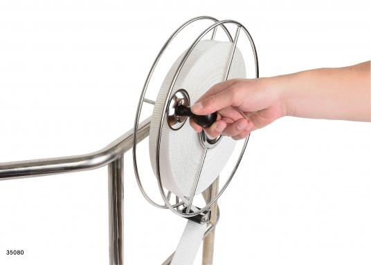 Sehr stabile Gurtbandspule für den Heck-Anker. Lieferung inklusive Halter, Führungsrolle und Gurtband (30 m oder 50 m). Alle Rollen sind mit einer Reibungsbremse versehen, die freies Abspulen verhindert.  (Bild 3 von 9)
