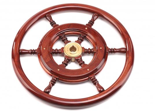 Funktionell und schick, nicht nur für traditionelle Schiffe! Die Mahagoni-Steuerräder werden mit Mehrfachlackierung geliefert und sind hochglanzpoliert.Lieferbar in verschiedenen Durchmessern und mit oder ohne umlaufendem Holzring. (Bild 5 von 5)