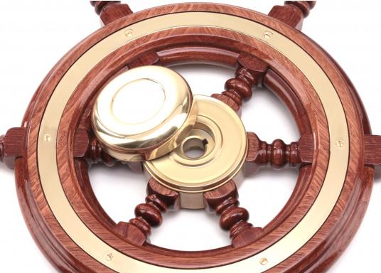 Funktionell und schick, nicht nur für traditionelle Schiffe! Die Mahagoni-Steuerräder werden mit Mehrfachlackierung geliefert und sind hochglanzpoliert.Lieferbar in verschiedenen Durchmessern und mit oder ohne umlaufendem Holzring. (Bild 3 von 5)