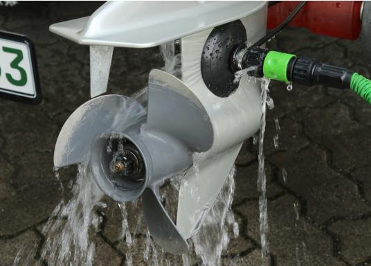 """Frischwasser-Anschluss / Spüleinrichtung zur Motorreinigung und für Wartungsarbeiten, wenn Sie Ihren Motor an Land bzw. im """"Trockenen"""" laufen lassen müssen.  (Bild 4 von 6)"""