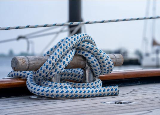 Amarre ayant la meilleure maniabilité et la plus haute performance. BAVARIA est une amarre en polyester double tresse. Particulièrement maniable et résistante aux intempéries et à l'abrasion.   (Image 2 de 4)