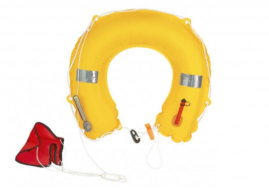 Der Hufeisen-Rettungsring wird in einem stabilen Kunststoffbehälter für Relingsmontage geliefert. Im Notfall wird das Oberteil des Behälters gelöst und der Ring über Bord geworfen. Das Aufblasen erfolgt automatisch.