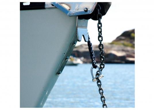 """Mit dieser Flensburger """"Teufelskralle"""" nehmen Sie die Last des Ankergeschirrs von der Ankerwinde. Das angespleißte Soft-Mooring-Tauwerk dämpft Schläge und hartes Einrucken auf den Schiffskörper. Lieferung inklusive Tauwerk. (Bild 2 von 2)"""