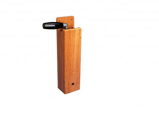 Dieser Windenkurbelhalter aus hochwertigem Teakholz sieht edel aus und trotzt jeder Witterung.Abmessungen (BxTxH): 8,5 x 7 x 34 cm. (Bild 2 von 2)